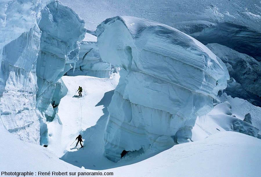 Skieurs dans l'une des multiples crevasses du glacier du Géant, Chamonix, Haute Savoie