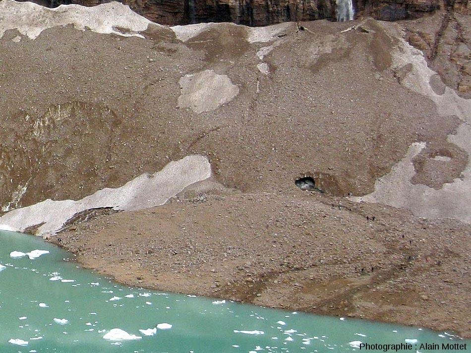 Vue des éboulis percées d'une grotte près du glacier Edith Cavell, Parc National de Jasper, Canada