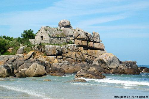 Les rochers et la chapelle de Kerfissien (Finistère)