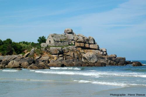 Les rochers et la chapelle de Kerfissien (Finistère) avec un peu de recul