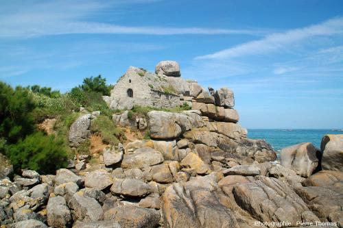 La chapelle sur les rochers de Kerfissien (Finistère)
