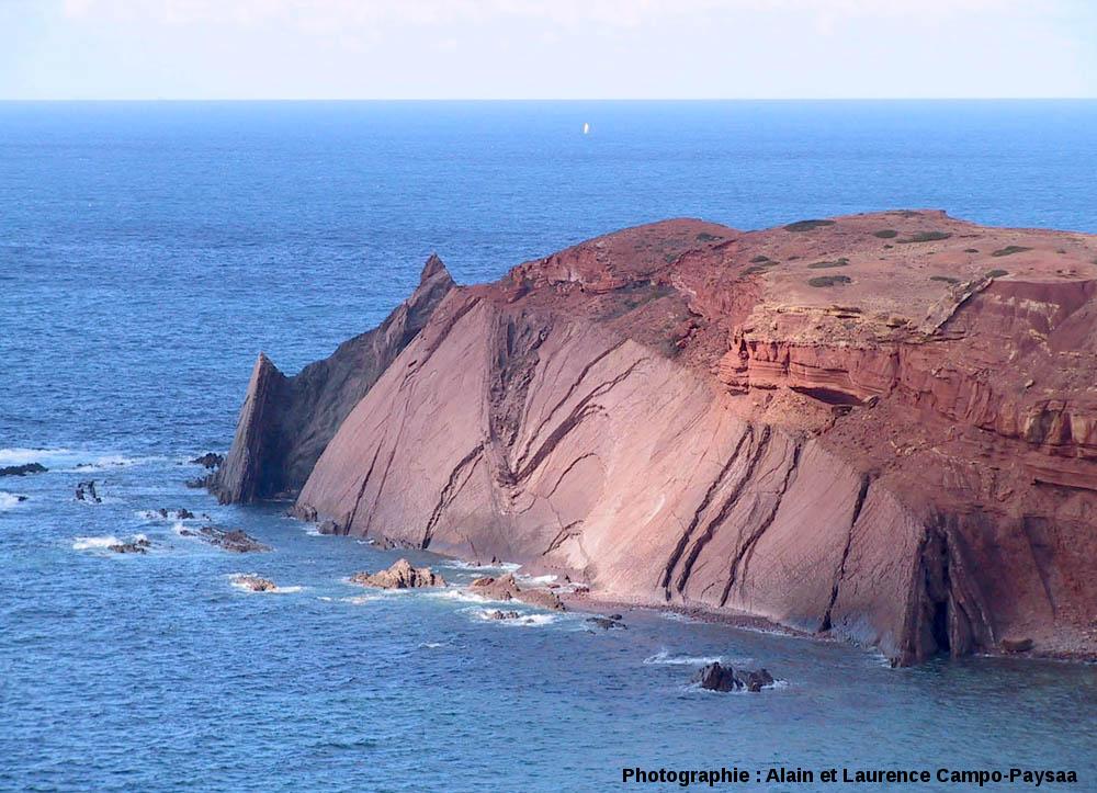 Vue éloignée de la discordance hercynienne visible sur une petite pointe, à 3km au Nord du Cap Saint Vincent, Sagres, Portugal