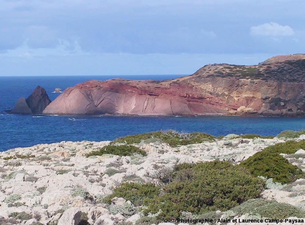Vue générale de la discordance hercynienne visible sur une petite pointe, à 3km au Nord du Cap Saint Vincent, Sagres, Portugal