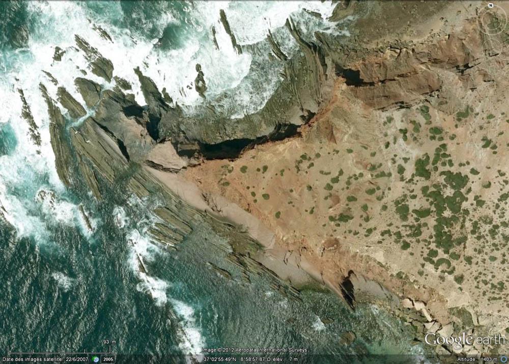 Vue verticale de la petite pointe où l'on voit bien la discordance hercynienne, Cap Saint Vincent, Sagres, Portugal