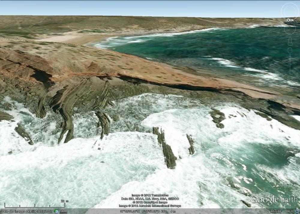 Vue oblique, prise en direction du SSE, sur la pointe où affleure la discordance hercynienne, Cap Saint Vincent, Sagres, Portugal