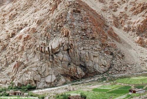 Paysage granitique caractéristique de la région de la haute vallée de l'Indus vers 3500m d'altitude sur la route du col de Chang La (Ladakh, Himalaya indien)