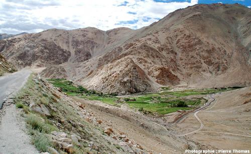 La vallée d'un petit affluent du haut Indus, sur la route du col de Chang La (Ladakh, Himalaya indien)