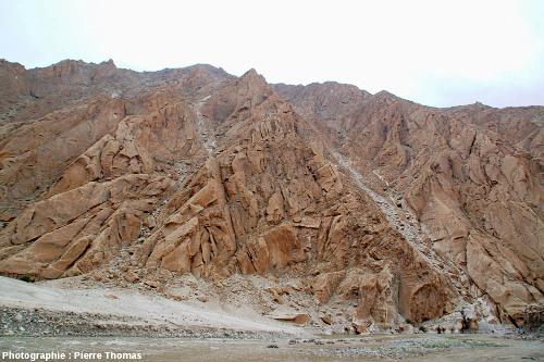 Paysage de la haute vallée de l'Indus montrant des montagnes granitiques