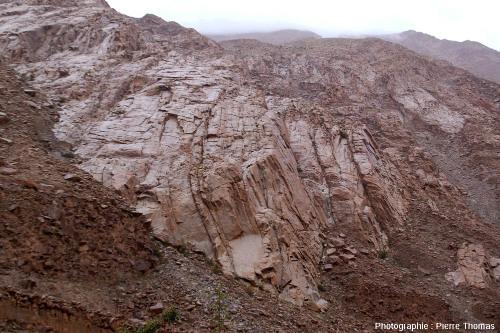 Réseau de diaclases sub-verticales et parallèles donnant une allure stratifiée à un granite de la haute vallée de l'Indus (Ladakh, Himalaya indien)