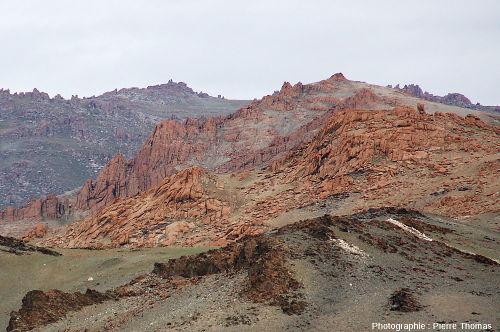 Réseau de diaclases verticales et parallèles donnant une allure stratifiée à un granite de l'Altaï mongol (Mongolie)