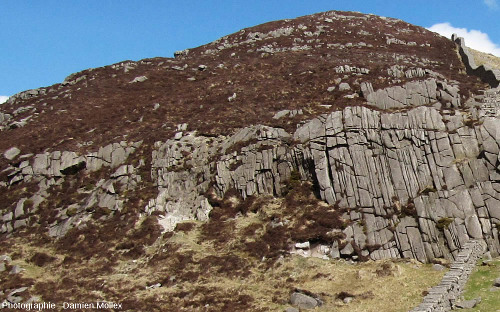Réseau de diaclases sub-verticales et parallèles donnant une allure stratifiée à un granite du massif des Mourne Mountains (Irlande du Nord)