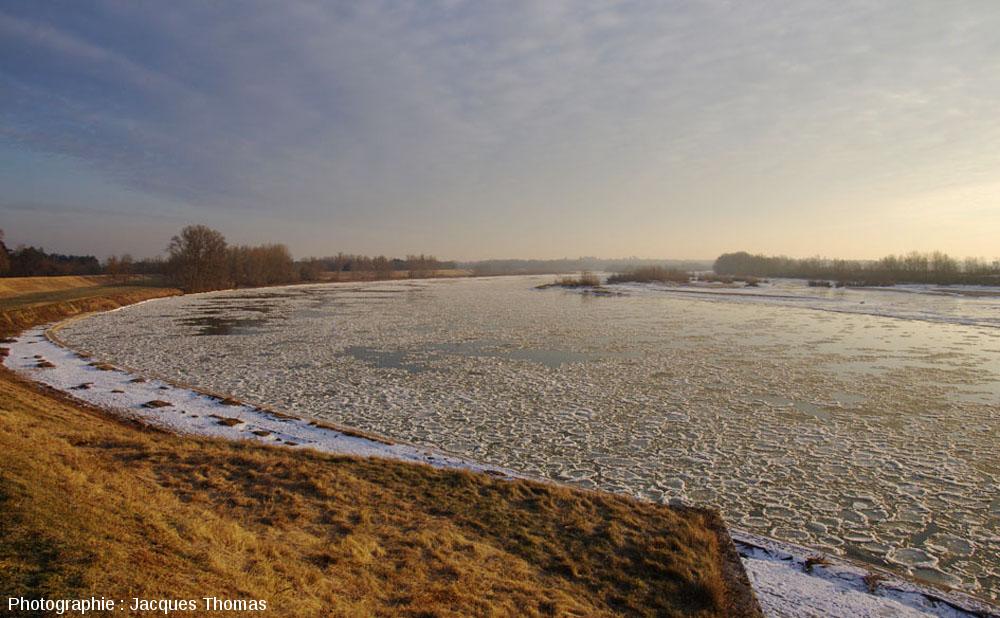 Vue d'ensemble de la Loire charriant des crêpes de glace, La Binette, commune de Bou, Loiret
