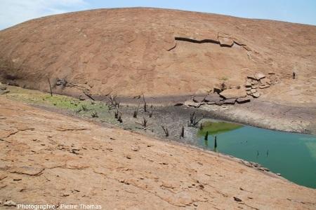 Desquamation en grand à la surface d'un inselberg granitique, l'inselberg des Three Sisters, Afrique du Sud