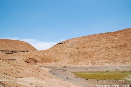 Desquamation en grand, vue sous un autre angle, à la surface de l'inselberg granitique des Three Sisters, Afrique du Sud
