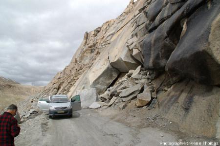 Route taillée à flanc de montagne dans le granite trans-himalayen, Ladakh (inde)