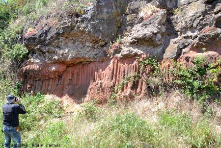 Prismation dans des argiles cuites à la base d'une coulée de basalte, Marjallat, commune de Mazeyrat d'Allier (Haute Loire)