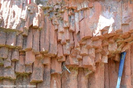 Argiles sableuses prismées situées sous la coulée de basalte, Marjallat (Haute Loire)
