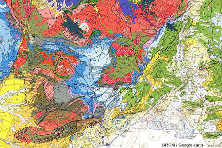 Extrait de la carte géologique BRGM de la France au 1/106 montrant la localisation de la discordance Jurassique/socle hercynien (flèche verte) en Haute Lozère