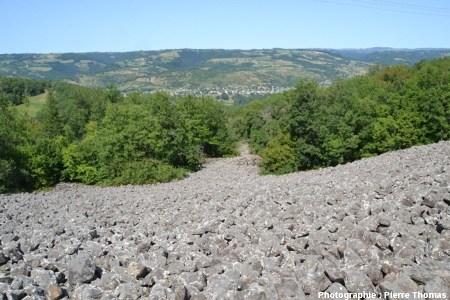 Vue générale vers l'aval du clapas de Thubiès, Aveyron