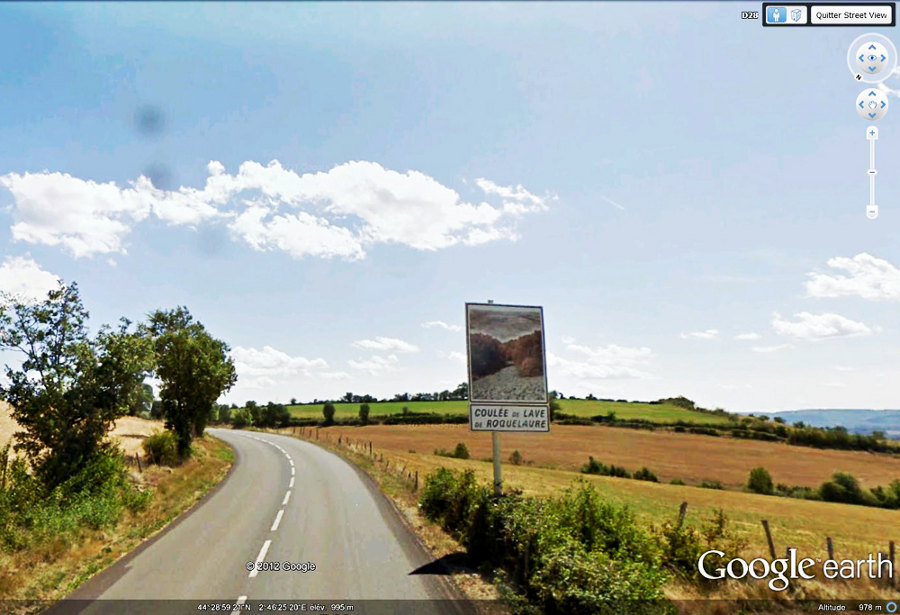 """image """"Google Street View"""" du panneau touristique annonçant la """"coulée de lave de Roquelaure"""", panneau qui ne peut qu'inciter à faire un détour"""