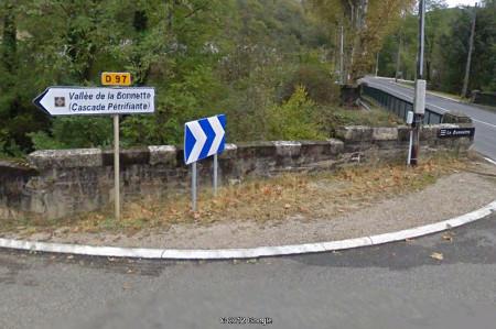 Le panneau touristique situé à la sortie Est de Caylus annonçant une «cascade pétrifiante»