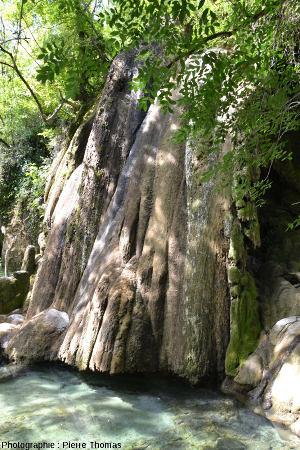 La cascade pétrifiante de Saint Pierre-Livron, vue de côté
