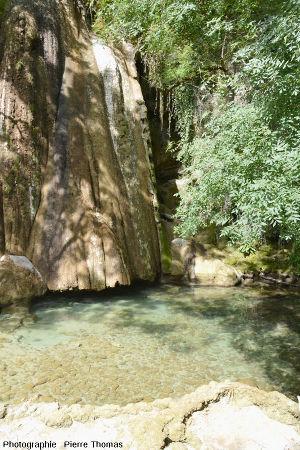 Le mini lac bleuté au pied de la cascade pétrifiante de Saint Pierre-Livron, Caylus, Tarn et Garonne