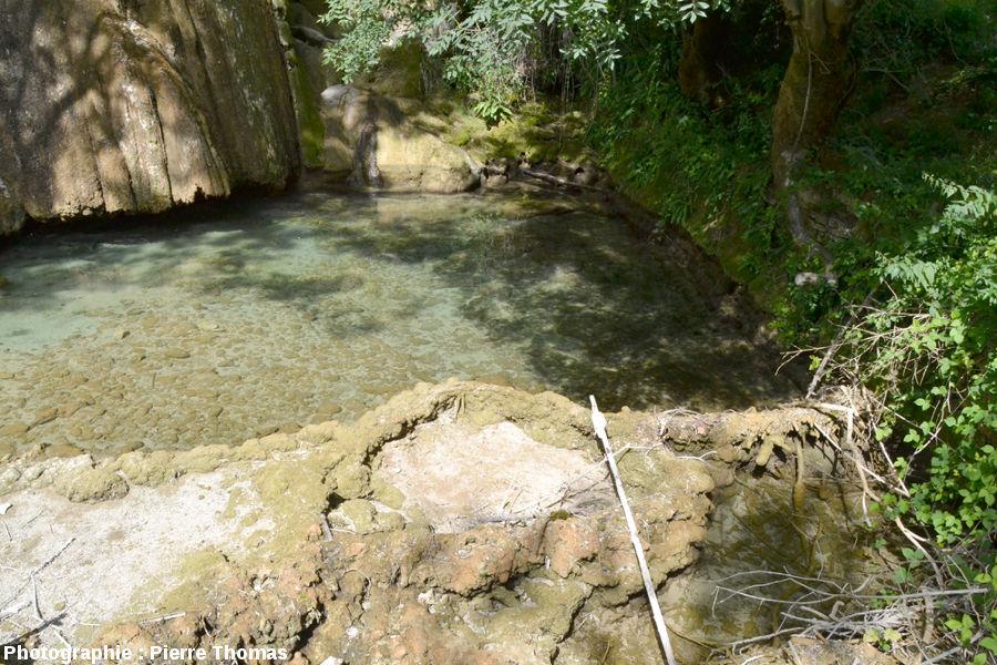 Partie Nord du mini-barrage retenant l'eau du lac