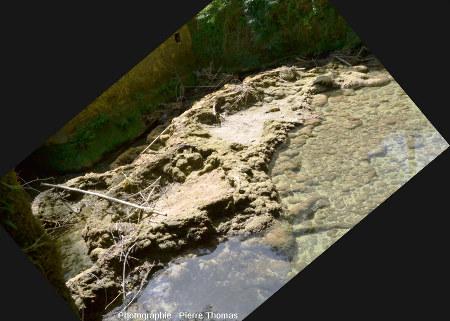 Mur de la partie Sud du mini-barrage retenant l'eau du lac