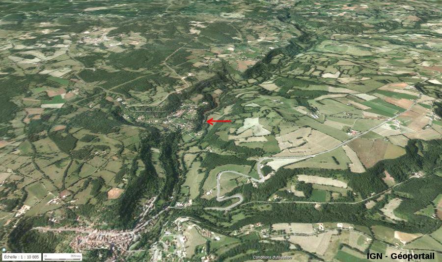 Photo aérienne montrant le cadre géomorphologique des stromatolithes et de la cascade de Saint Pierre-Livron (flèche rouge)