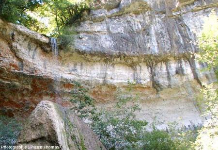 Cascade et sommet du Pain de Sucre de Pyrimont (Surjoux, Ain), vu depuis le Sud-Ouest