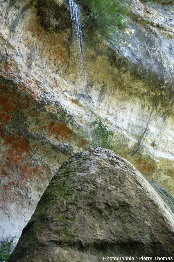 Chute d'eau sur le sommet du Pain de Sucre de Pyrimont (Surjoux, Ain), vu depuis le Sud-Ouest