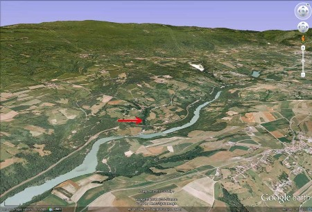 Vue aérienne oblique montrant le contexte morphologico-géologique du Pain de Sucre (flèche rouge) de Pyrimont (Ain)
