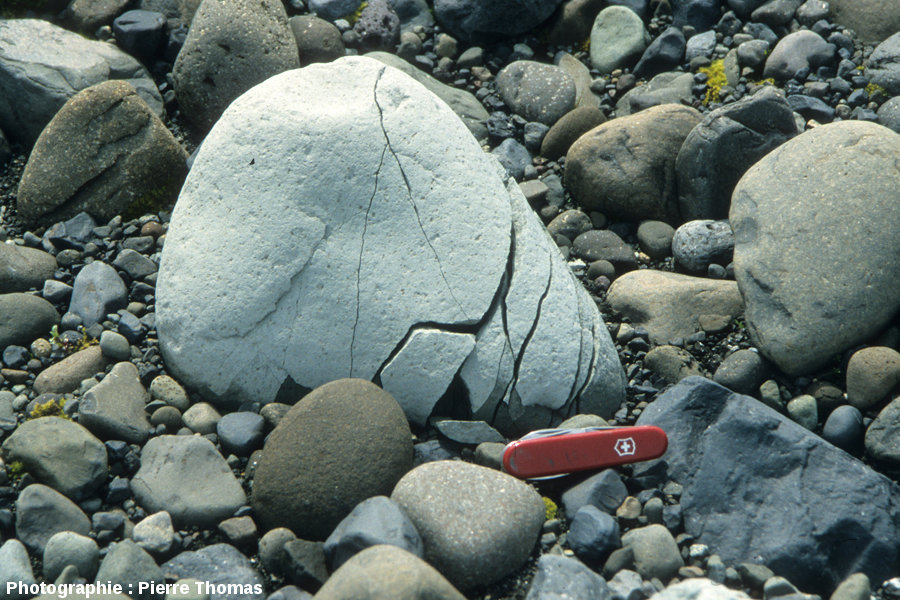 Galet fracturé par cryoclastie, Islande