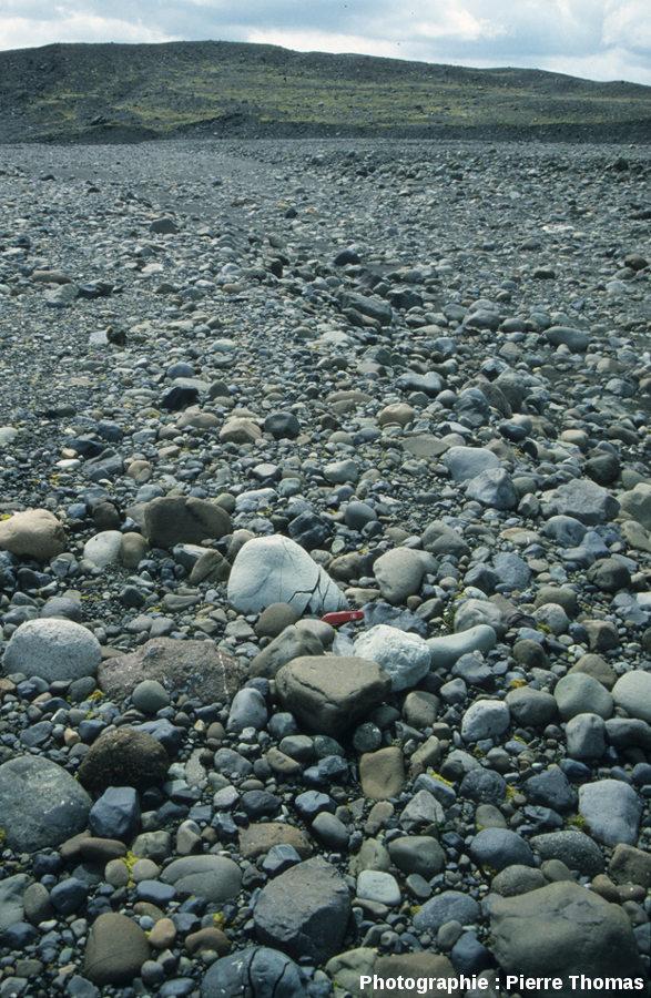 Champ de galets avec galet fracturé par cryoclastie, Islande