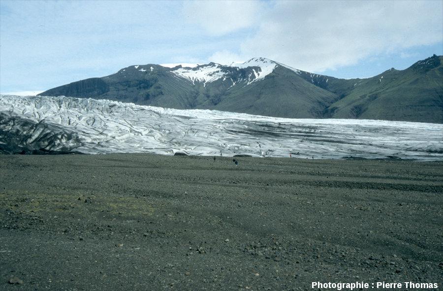 Grande plaine de galets déposés par les torrents sous-glaciaires sortant d'une langue terminale du Vatnajökull (Islande)