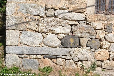 """Mur """"composite"""" d'une maison dans le village de Burzet, vallée de la Bourges, Ardèche"""