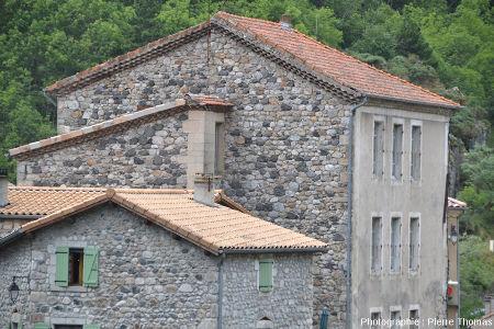 Maisons à l'entrée Nord du village de Burzet (Ardèche)