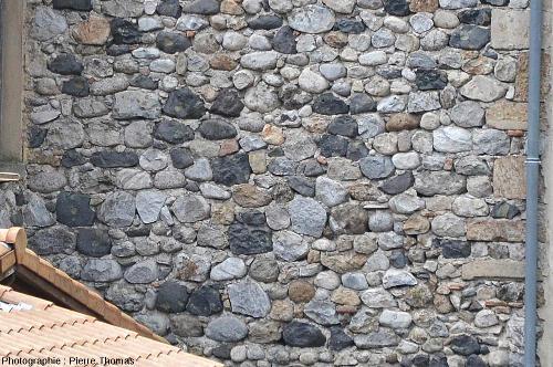 Mur d'une maison à l'entrée Nord du village de Burzet (Ardèche)