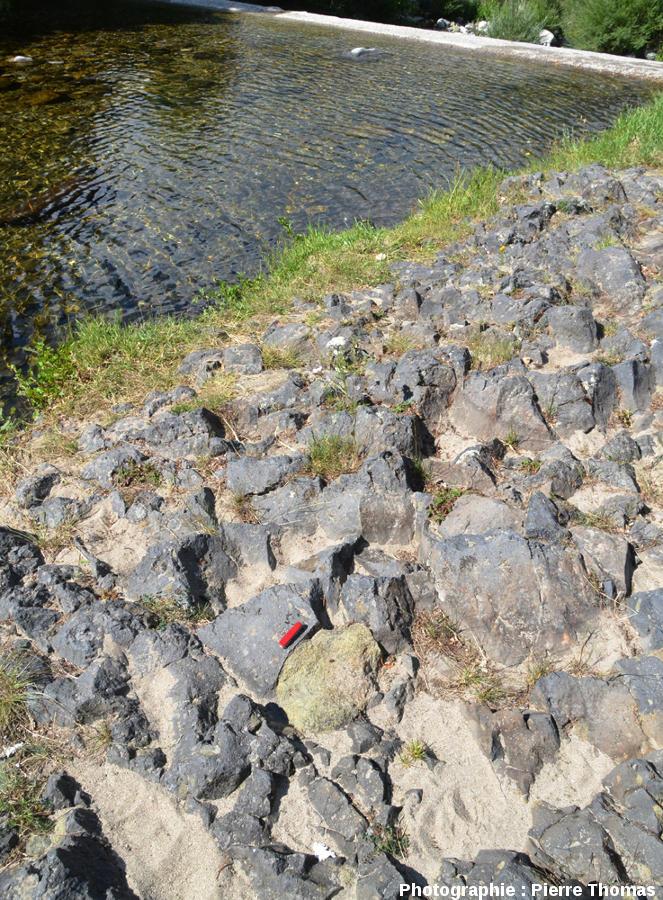 Vue sur un gros nodule (40 x 26cm) de péridotite dans la coulée du Ray Pic, Burzet, Ardèche