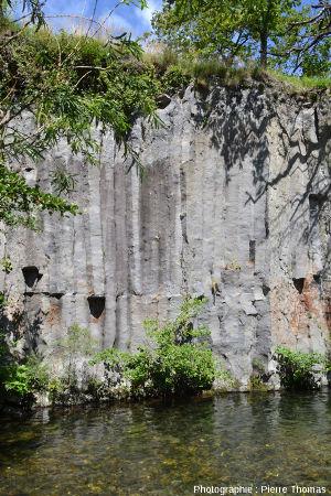 Affleurement de basalte prismé à nodules de péridotite fracturés, coulée du Ray Pic, Ardèche