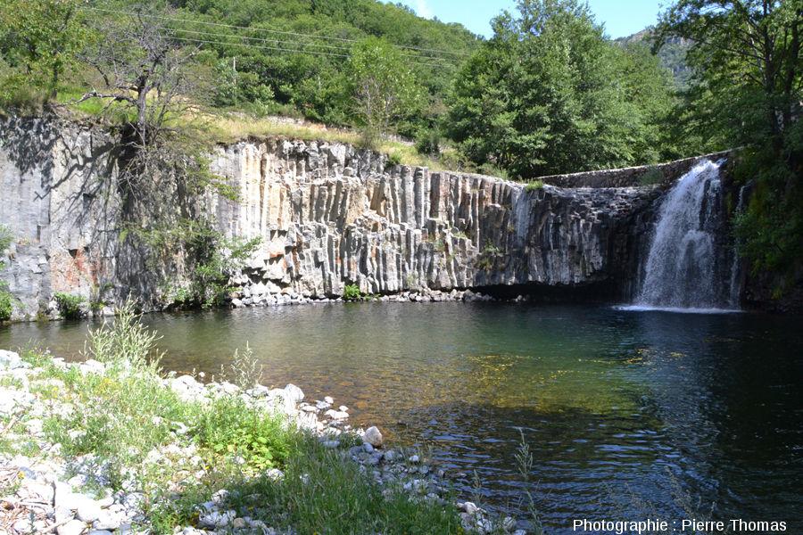 Site présentant des nodules de péridotite fracturés par la prismation du basalte, coulée du Ray Pic, Ardèche