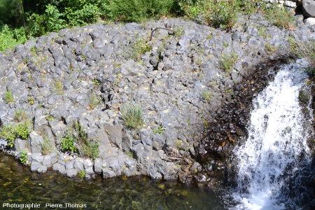Site présentant un nodule de péridotite appartenant à 3 prismes à la fois, coulée du Ray Pic, Ardèche