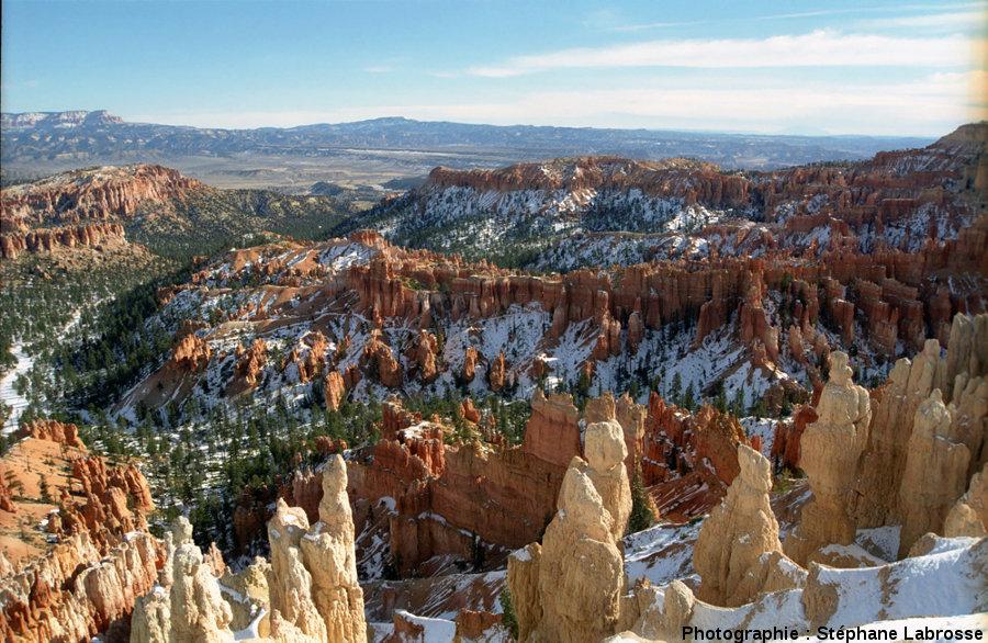 Vue hivernale sur Bryce Canyon prise du rebord du plateau