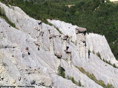 """Groupe de cheminées de fée (également appelées """"demoiselles coiffées"""") dans la «Salle de bal des demoiselles coiffées», Théus, Hautes Alpes"""