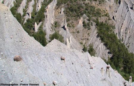 Différents degrés d'évolution des cheminées de fée de Théus, Hautes Alpes