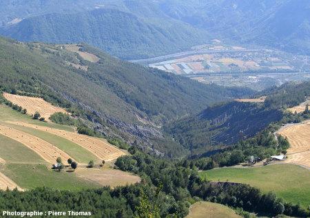 Vue globale prise vers le Sud, du bassin de réception du torrent de Théus (Hautes Alpes) où l'érosion a taillé des dizaines de cheminées de fée formant la «Salle de bal des demoiselles coiffées»