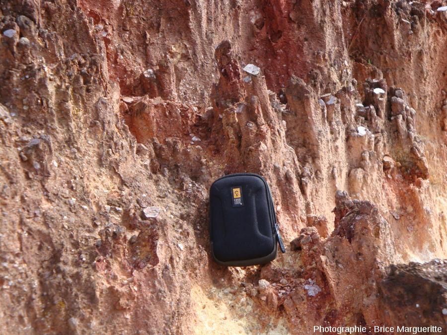 Une mini-cheminée de fée chapeautée par un cristal de muscovite, parmi d'autres, Kourou (Guyane)