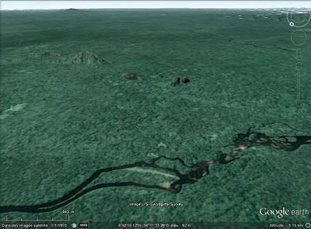 Le Voltzberg (au centre droit) et autres inselbergs au sein de la plaine du Suriname