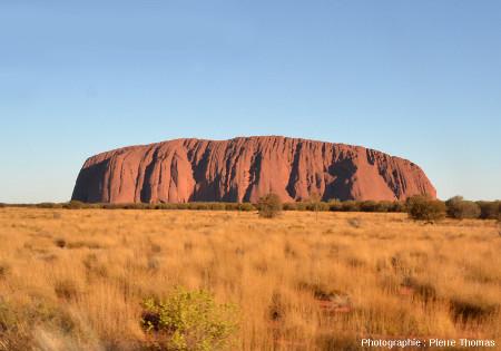 Vue d'ensemble d'Uluru (anciennement appelé Ayers Rock), un des plus célèbres inselberg du monde (Territoire du Nord, Australie)